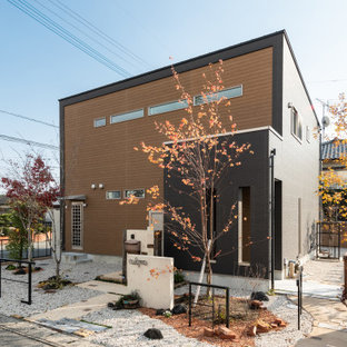 Idee per la facciata di una casa marrone moderna a due piani