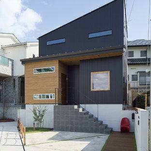他の地域のインダストリアルスタイルのおしゃれな陸屋根の家 (黒い外壁) の写真