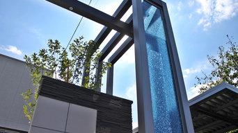 シンプルモダン ガラスがアクセントのゲートフレームのあるエントランス