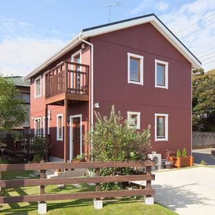 他の地域の中くらいの北欧スタイルのおしゃれな家の外観 (混合材サイディング、赤い外壁) の写真