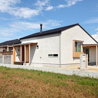 他の地域, のおしゃれな家の外観 (戸建、漆喰サイディング、瓦屋根) の写真
