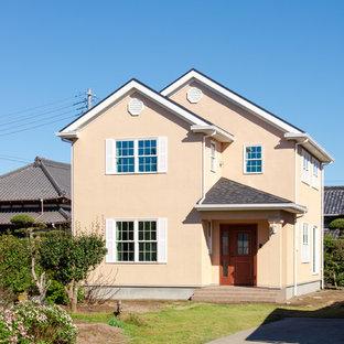 トラディショナルスタイルのおしゃれな家の外観 (漆喰サイディング、ベージュの外壁) の写真