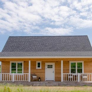 他の地域の中くらいのトラディショナルスタイルのおしゃれな家の外観 (木材サイディング、茶色い外壁、混合材屋根) の写真