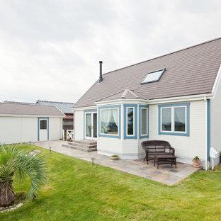 他の地域の小さいカントリー調の家の外観の画像 (混合材サイディング、切妻屋根、戸建、板屋根)