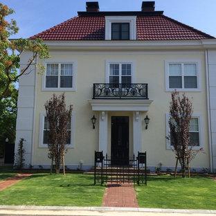 他の地域のトラディショナルスタイルのおしゃれな家の外観 (ベージュの外壁、戸建) の写真