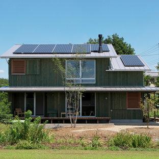 他の地域の和風のおしゃれな切妻屋根の家 (木材サイディング、緑の外壁) の写真