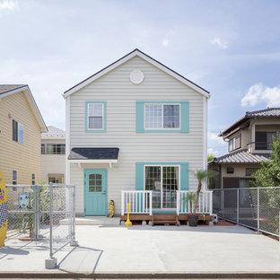 他の地域のビーチスタイルのおしゃれな白い家 (木材サイディング、切妻屋根) の写真