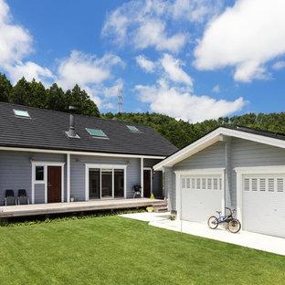 他の地域, のトラディショナルスタイルの家の外観の写真 (グレーの外壁、切妻屋根、戸建)