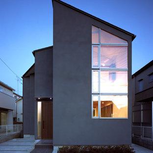 東京都下のモダンスタイルのおしゃれな家の外観 (グレーの外壁) の写真