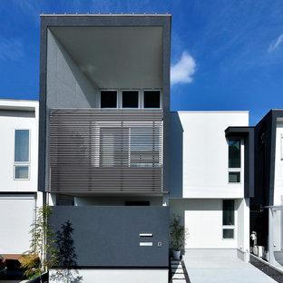 Modelo de fachada de casa negra, moderna, de dos plantas, con revestimientos combinados, tejado de un solo tendido y tejado de metal