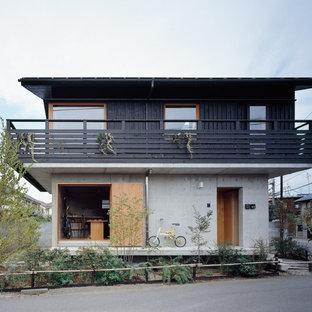 東京都下のアジアンスタイルのおしゃれな切妻屋根の家 (マルチカラーの外壁) の写真