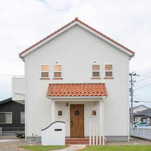 他の地域のカントリー風おしゃれな家の外観 (漆喰サイディング、切妻屋根、戸建、瓦屋根) の写真