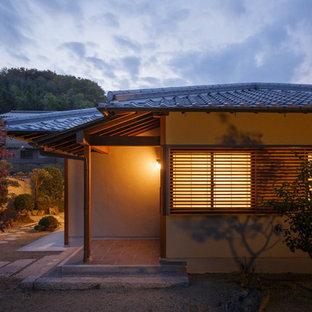 他の地域のアジアンスタイルのおしゃれな平屋 (混合材サイディング、ベージュの外壁、寄棟屋根) の写真