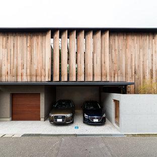他の地域のコンテンポラリースタイルのおしゃれな二階建ての家 (木材サイディング、茶色い外壁、陸屋根) の写真