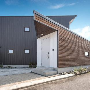 名古屋のコンテンポラリースタイルのおしゃれな寄棟屋根の家 (黒い外壁) の写真