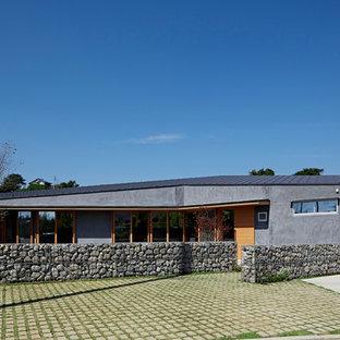 他の地域のコンテンポラリースタイルのおしゃれな平屋 (グレーの外壁、片流れ屋根、戸建) の写真