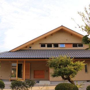 他の地域の中くらいの和風のおしゃれな家の外観 (漆喰サイディング) の写真
