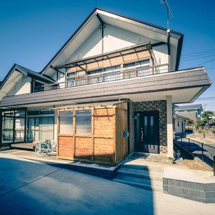 他の地域の小さい和風のおしゃれな家の外観 (コンクリートサイディング、混合材屋根) の写真