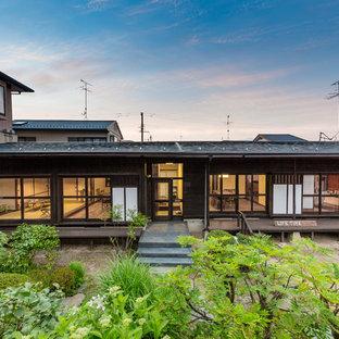 他の地域の中くらいのアジアンスタイルのおしゃれな家の外観 (茶色い外壁) の写真