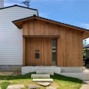 コンテンポラリースタイルのおしゃれな家の外観 (混合材サイディング、茶色い外壁) の写真