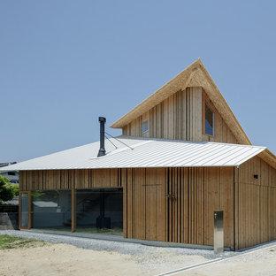 大阪のコンテンポラリースタイルのおしゃれな家の外観 (木材サイディング、茶色い外壁) の写真