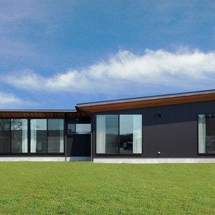 他の地域のコンテンポラリースタイルのおしゃれな家の外観 (黒い外壁) の写真