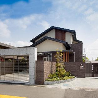 他の地域のアジアンスタイルのおしゃれな家の外観 (茶色い外壁、混合材サイディング) の写真