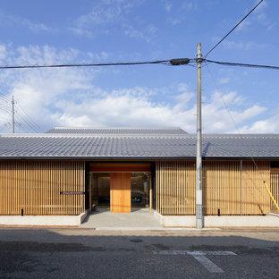 他の地域の和風のおしゃれな家の外観 (木材サイディング、茶色い外壁) の写真