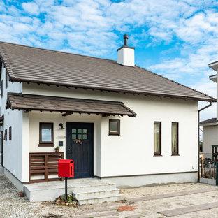 Diseño de fachada de casa blanca, de estilo zen, pequeña, de dos plantas, con revestimiento de estuco, tejado a dos aguas y tejado de teja de barro