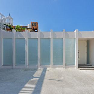 他の地域のモダンスタイルの白い家の画像 (陸屋根)