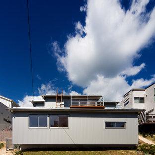 他の地域のコンテンポラリースタイルのおしゃれな一戸建ての家 (グレーの外壁、緑化屋根) の写真