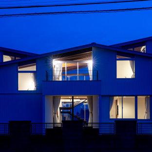 Mittelgroßes, Zweistöckiges, Weißes Modernes Einfamilienhaus mit Metallfassade, Schmetterlingsdach und Blechdach in Sonstige