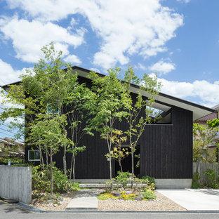 他の地域のモダンスタイルのおしゃれな切妻屋根の家 (木材サイディング、黒い外壁) の写真