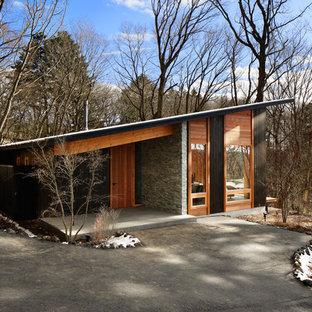 他の地域のコンテンポラリースタイルのおしゃれな陸屋根の家 (茶色い外壁) の写真