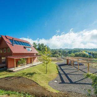 福岡のアジアンスタイルのおしゃれな家の外観 (赤い外壁、木材サイディング) の写真