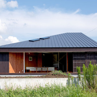 他の地域のモダンスタイルのおしゃれな家の外観 (木材サイディング、黒い外壁、片流れ屋根、戸建、金属屋根) の写真