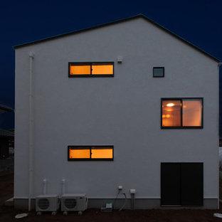 Foto de fachada de casa blanca, de estilo zen, pequeña, a niveles, con revestimiento de estuco, tejado a dos aguas y tejado de metal