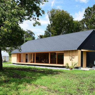 Inspiration för stora asiatiska beige trähus, med allt i ett plan och sadeltak