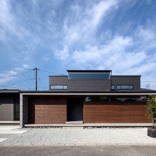他の地域のコンテンポラリースタイルのおしゃれな家の外観 (黒い外壁、陸屋根、戸建) の写真