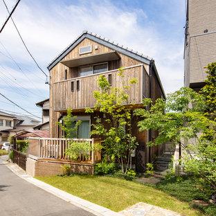 名古屋のアジアンスタイルのおしゃれな家の外観 (木材サイディング、茶色い外壁) の写真
