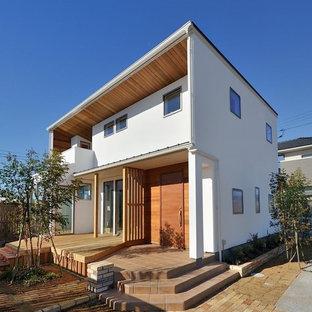 Foto della facciata di una casa bianca etnica con tetto piano