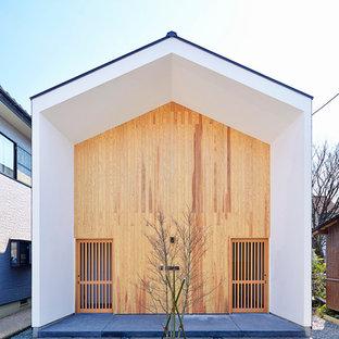 Diseño de fachada blanca, minimalista, de dos plantas, con revestimiento de madera y tejado a dos aguas