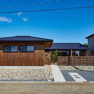 他の地域のアジアンスタイルのおしゃれな家の外観 (木材サイディング、茶色い外壁) の写真