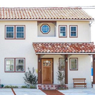 他の地域の中くらいの地中海スタイルのおしゃれな家の外観 (漆喰サイディング) の写真