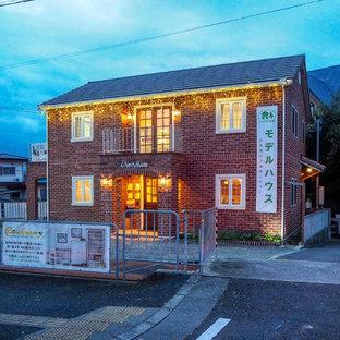 Modelo de fachada de casa beige, industrial, de tamaño medio, de dos plantas, con revestimiento de ladrillo, tejado a dos aguas y tejado de teja de barro