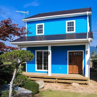 他の地域のトランジショナルスタイルのおしゃれな家の外観 (青い外壁) の写真