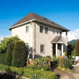 他の地域の中くらいのトラディショナルスタイルのおしゃれな家の外観 (漆喰サイディング) の写真