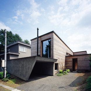 他の地域の北欧スタイルのおしゃれな家の外観 (木材サイディング、茶色い外壁) の写真
