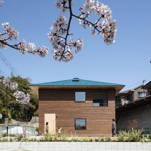 Foto de fachada marrón, actual, de tamaño medio, a niveles, con revestimiento de madera
