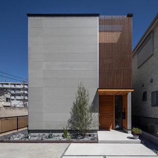 Свежая идея для дизайна: двухэтажный, серый частный загородный дом в восточном стиле с комбинированной облицовкой и плоской крышей - отличное фото интерьера